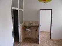 Na snímku je vidět pouze malou část kuchyně. Přímo proti je pokoj pro služku, vlevo vchod do přípravny jídel.