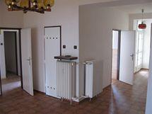 Pohled z haly: vpravo je vstup z předsíně na balkon, další dveře vedou do kuchyně. Uprostřed je komora, následuje vstup do přípravny jídla, pak spíž.