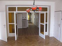 Pohled z prostředni místnosti: největší pokoj navazuje na halu a předsíň, zrcadlo na jejím konci byt opticky zvětšuje