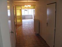 Předsíň a hala: pohled od hlavního vstupu do bytu přes halu do prostředního pokoje