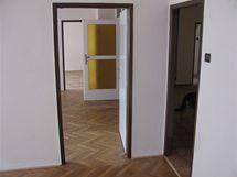 Průchozi pokoje: hlavní část bytu tvoří tři vzájemně propojené pokoje, každý však se samostatnými dveřmi do centrální haly
