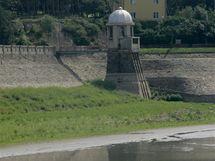 Část hráze vypuštěné Plumlovské přehrady.