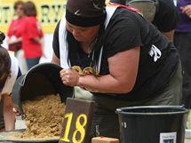 Finská závodnice Kaisa Niutanen během mistrovství v rýžování zlata ve Zlatých Horách.