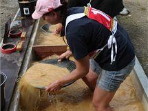 Účastnice mistrovství v rýžování zlata ve Zlatých Horách.