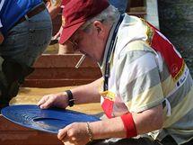 Účastník mistrovství v rýžování zlata ve Zlatých Horách.
