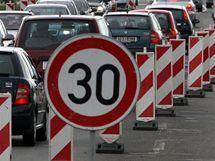 Rozšíření přetížené silnice ze Zlína do Otrokovic v Malenovicích se zastavilo. Na stavbu nejsou peníze.