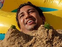 Čína, relax ve zlatém písku na pláži Fujiazhuang v Dalianu