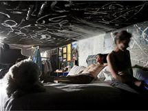 Bezdomovci Kathryn a Steven maji nejvybavenější domácnost. Nechybí jim rychlovarná konvice a provizorní sprcha. Většinu věcí včetně postele mají na bednách. Venku je sice horko a sucho, ale v tunelech se drží vlhkost