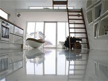 Interiér domu je přísně minimalistický a vládne mu bílá barva