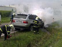 Hořící terénní BMW na sjezdu z dálnice D1 u Strančic