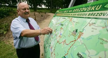 Starosta Březové Miroslav Bouda hovoří nad mapou zaniklých obcí o projektu Zaniklé obce na Březovsku (27.8.2010)