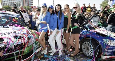 RYCHLÁ AUTA, KRÁSNÉ ŽENY. Sličné hostesky pózují při zlínské Barum Rally.