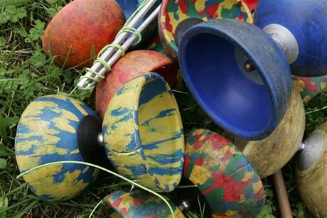 Kouzlo městských parků objevili už i žongléři, artisti na laně či jezdci na jednokolkách.