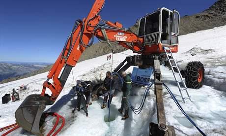Dělníci už k ledovci pod Mont Blankem letecky dopravili stroje (25. srpna 2010)