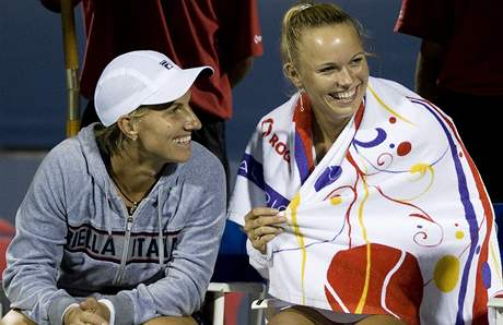 Sv�tlana Kuzn�covov� (vlevo) a Caroline Wozniack� v de��ov� pauze p�i semifin�le turnaje v Montrealu