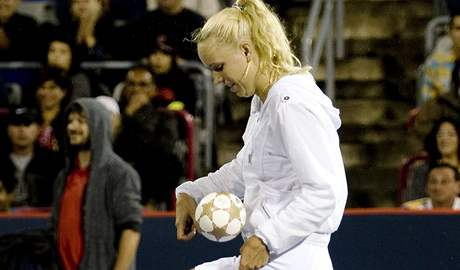 Caroline Wozniack� ukazuje sv� fotbalov� dovednosti v de��ov� pauze p�i semifin�le turnaje v Montrealu