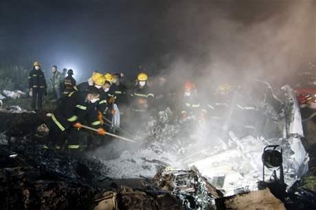 Záchranáři při hašení požáru čínského letadla