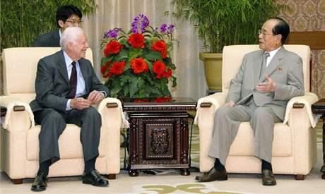Jimmmy Carter při jednání s Kim Jong-namem, druhým nejmocnějším mužem KLDR (25. srpna 2010)