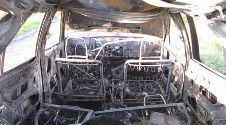 Výbuch plynové lahve automobil zcela zničil.