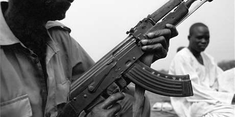 Veterán z války o Džubu v roce 2002. Značky na zásobníku připomínají počet zastřelených nepřátel. (únor 2004)