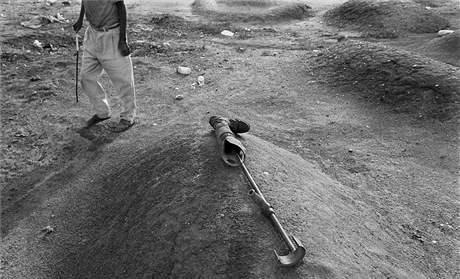 Hřbitov v Džubě. Po poslední válce v roce 2002 zůstala v okolí města spousta nevybuchlých nášlapných min. (únor 2004)