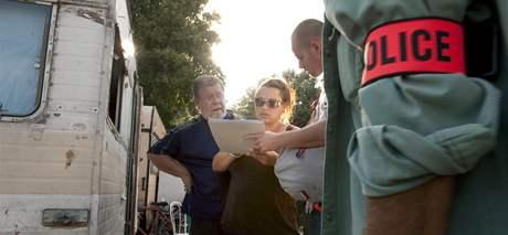 Francouzští policisté kontrolují doklady rumunských romů v táboře u Aix-en-Provence. (19. srpna 2010)
