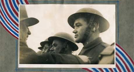 Jan Kubiš je zrukou prezidenta Edvarda Beneše vyznamenáván Čs. válečným křížem 1939. Kubišově pravici Josef Gabčík (9. prosinec 1940)
