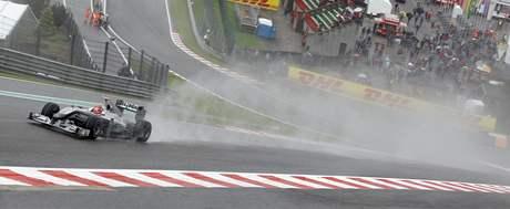 Michael Schumacher (Mercedes) na trati deštivého pátečního tréninku Velké ceny Belgie.