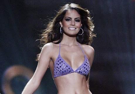 Miss Universe Jimena Navaretteová při promenádě v plavkách