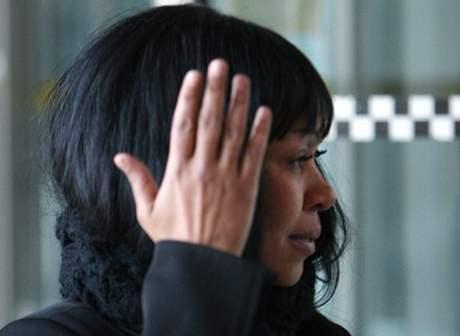 Aretha Wilsonová, která napadla rozbitou lahví Leonarda DiCapria, odchází od soudu v Torontu