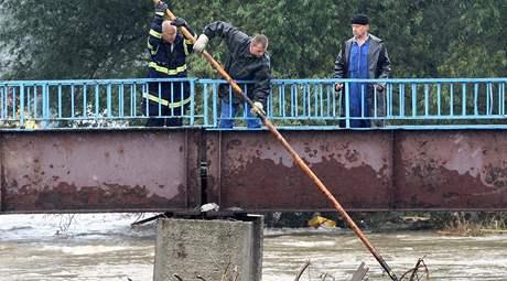 Hasiči v Hrádku nad Nisou uvolňují z pod mostů nahromaděné dřevo. (14. srpna 2010)
