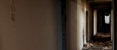 Útroby zdevastovaného hotelu Máj v Ústí. Jeho prostory se staly útočištěm pro bezdomovce.