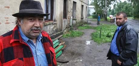 Obyvatelé před domem v Novém Boru, který majitel odpojil od přívodu vody.