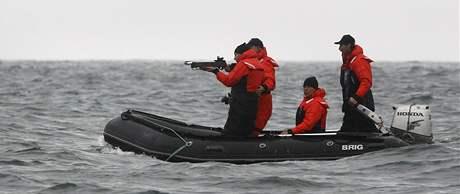 Ruský premiér Vladimir Putin se snaží trefit velrybu (25. srpna 2010)