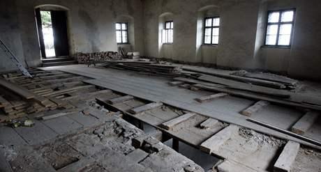 Propadlý strop tanečního sálu na hradě Buchlov.