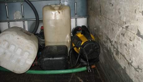 Dva zloději kradli naftu na čerpacích stanicích. Po třech měsících je dopadli kriminalisté.