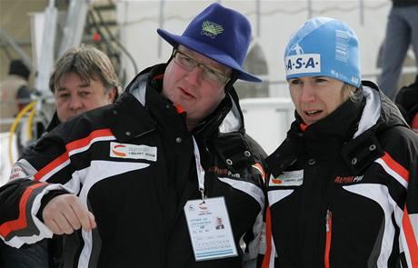Liberecký primátor Jiří Kittner a prezidentka organizátorů Kateřina Neumannová sledovali v únoru 2009 v Liberci některé lyžařské disciplíny společně.