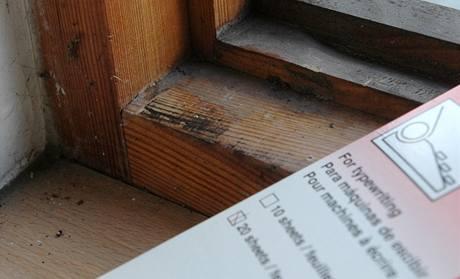 Tam, kde okno nebo dveře drhnou, nechá papír stopu