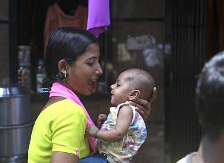 Mladá Indka s dítětem v Mumbaji (23. srpna 2010)