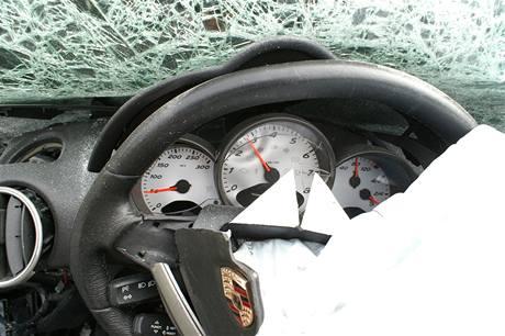Přístrojová deska porsche, které se u Ješína na Kladensku čelně srazilo s kamionem