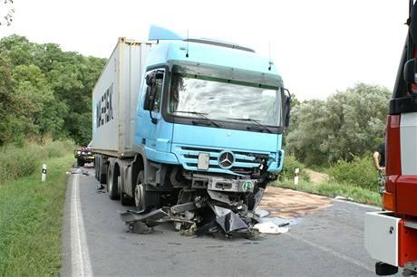 Kamion, do kterého ve středu u Ješína na Kladensku čelně narazilo porsche