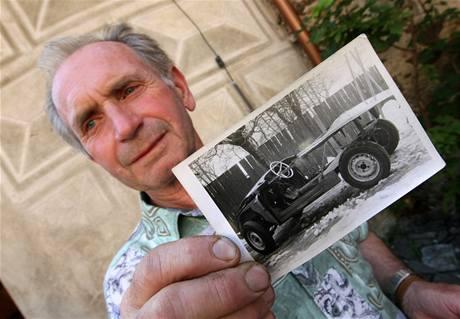 Vladimír Krédl a fotka Škody Felicie, když ji před třiceti lety koupil
