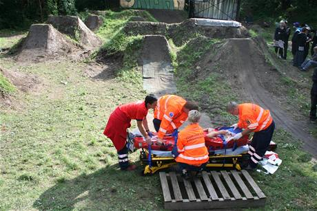 Záchranáři připravují zraněného závodníka k transportu