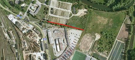 Červená čára ukazuje, kde radnice nechala postavit silnici za téměř 3 miliony korun.