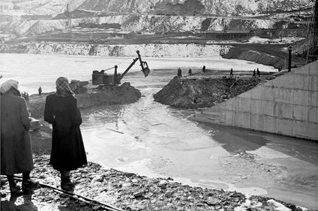 Stavba přehrady Orlík. (2. února 1958)