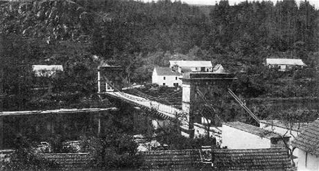 Empírový řetězový most v Podolsku byl v roce 1960 rozebrán. Nové místo našel až o patnáct let později v Stádleci na řece Lužnici.
