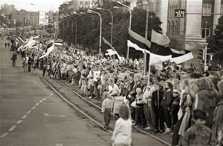 600 kilometrů dlouhý živý řetěz táhnoucí se přes celé Pobaltí. Dva miliony lidí tak daly najevo, že chtějí konec okupace Sovětským svazem. (23. srpna 1989)