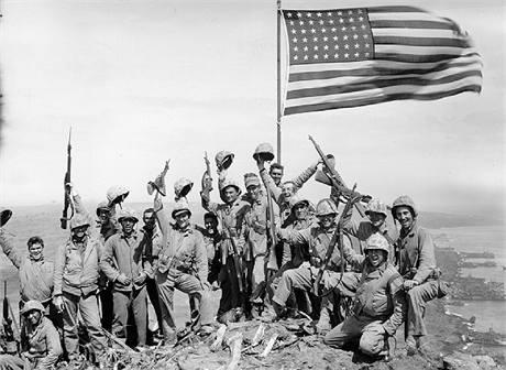 Američané na vrcholu Mt. Suribachi na méně známém snímku fotografa Joe Rosenthala. (23. února 1945)