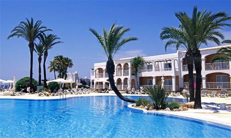 Bazén u hotelu Talamanca na Ibize. Ilustrační foto