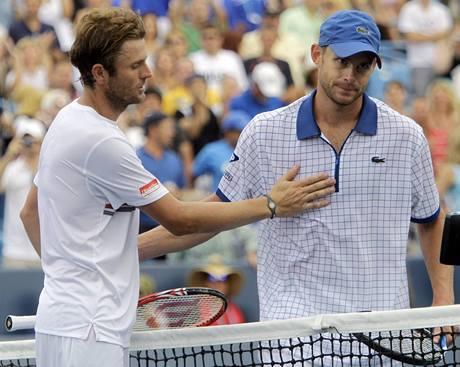 Vítězný Mardy Fish (vlevo) a zklamaný Andy Roddick